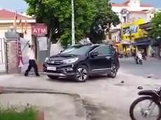 Bảo vệ đập phá chiếc Honda CR-V đỗ trước cửa ngân hàng tại Thái Bình