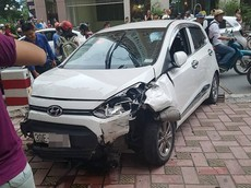 Hyundai Grand i10 tông hàng loạt xe máy và ô tô trên đường Hà Nội, tài xế bị người dân lôi ra đánh