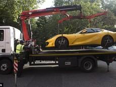 """Đỗ đè lên vạch, siêu xe Ferrari 812 Superfast bị cảnh sát """"cẩu đi"""""""