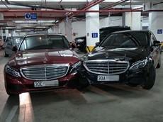 Hai chiếc Mercedes-Benz C-Class đâm nhau trong hầm đỗ xe tại khu đô thị cao cấp của Hà Nội