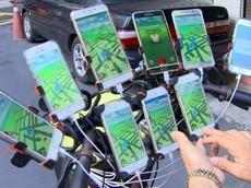 """Khâm phục """"Tiên tử"""" 70 tuổi độ xe đạp, dùng 11 chiếc smartphone để đi bắt... Pokemon"""
