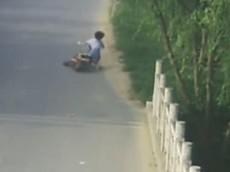 Vừa điều khiển xe đạp điện vừa xem điện thoại, cô gái trẻ ngã sấp mặt xuống đường