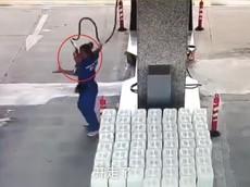 Sự lơ đễnh của tài xế ô tô khiến nữ nhân viên cây xăng bị vòi bơm xăng đập vào đầu
