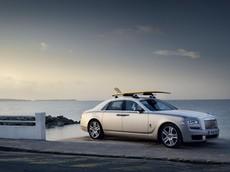 Lạ mắt với xe siêu sang Rolls-Royce Ghost có tấm ván trượt độc đáo trên nóc xe