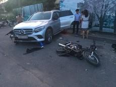 """Mercedes-Benz GLC """"hạ gục"""" cột đèn và 3 xe máy, hỏng nặng tại khu đô thị Nam An Khánh"""
