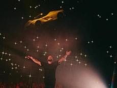 Rapper Drake cho siêu xe Ferrari LaFerrari di chuyểnlơlửngtrên không trung