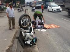 Nam thanh niên ôm xác bạn gái khóc nức nở sau tai nạn với xe tải tại Bình Dương