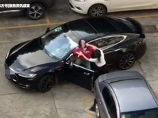 """Đoạn video này lại khiến nhiều người phải thốt lên: """"Đừng bán xăng cho phụ nữ"""""""