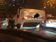 """Hà Nội: Xe sang Lexus ES 250 đâm dải phân cách tại chân cầu vượt, """"ngửa bụng"""" lên trời"""