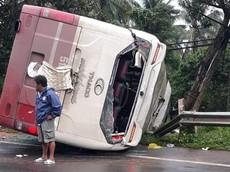"""Xe khách Thành Bưởi """"lộn nhào"""" vì tránh cây đổ tại Lâm Đồng"""