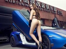"""Rùng mình trước """"yêu nữ"""" tạo dáng mê hoặc bên siêu xe Lamborghini"""