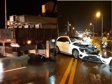 """Hà Nội: Mercedes-Benz GLC 300 """"nát đầu"""" sau tai nạn với xe tải"""