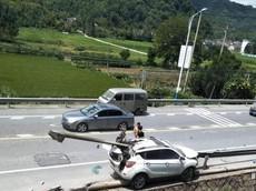 Tránh chó chạy rông, cô gái trẻ khiến chiếc SUV bị dải ta-luy đâm xuyên từ đầu đến nóc xe