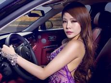 Người đẹp vòng 3 Lâm Nghiên Mỹ khoe đường cong quyến rũ bên Rolls-Royce Phantom