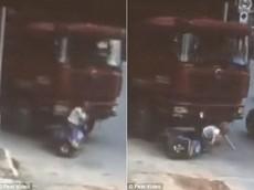 Bị ô tô tải cuốn vào gầm, người phụ nữ đi xe máy thoát chết nhờ mũ bảo hiểm