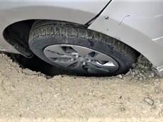 """Hố tử thần """"hút"""" bánh xe Taxi tại Cầu Giấy, Hà Nội"""