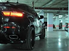 2 tài xế BMW rủ nhau drift trong hầm đỗ xe của trung tâm thương mại, bảo vệ toát mồ hôi hột