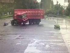 Dừng giữa ngã tư, người đi xe máy điện bị ô tô tải tông trúng