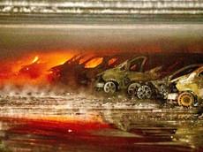 """Thanh niên đốt bãi đỗ có hơn 100 chiếc Mercedes-Benz để ngăn các cặp đôi """"mây mưa"""" trong xe"""