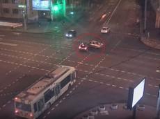 Sau cú va chạm giữa ngã tư, xe Mazda lao xuống nhà ga tàu điện ngầm như phim hành động