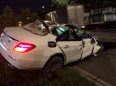 Sài Gòn: Mercedes-Benz E250 biến thành xe mui trần sau tai nạn kinh hoàng lúc rạng sáng