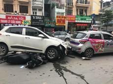 """Hà Nội: Hyundai Grand i10 """"hạ gục"""" hàng loạt xe máy khiến 3 người bị thương"""