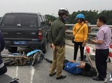 Ford Ranger biển xanh hạ gục dải phân cách, lao sang làn xe máy trên cầu Thanh Trì, 1 người bị thương nặng