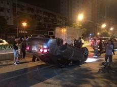 Hà Nội: Honda Civic đâm tung trụ nước cứu hỏa và lật ngửa giữa đêm
