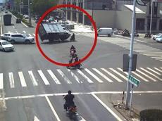 """Nhờ """"tay lái lụa"""", người phụ nữ đi xe máy điện thoát chết trong gang tấc"""