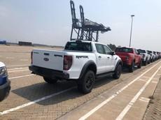 Lô hàng Ford Ranger Raptor đủ màu sắc đang chờ thông quan tại cảng Hiệp Phước