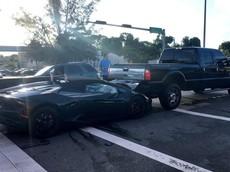 Người lái siêu xe Lamborghini Huracan mui trần bỏ chạy sau tai nạn với chiếc xe bán tải