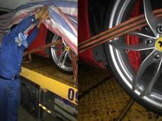 Lộ ảnh siêu xe Ferrari 488 GTB gặp nạn của Tuấn Hưng trùm bạt được vận chuyển về Hà Nội
