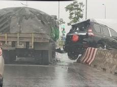 Hà Nội: Va chạm với xe tải, Toyota Land Cruiser Prado nằm chênh vênh trên dải phân cách
