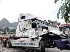Xe container mất lái đâm vào xe tải, húc đổ hàng rào khiến nhiều người thương vong