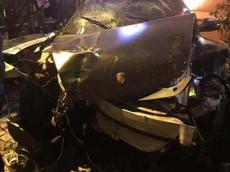 Xe sang Porsche đâm sập cổng sắt của một nhà hàng khiến 2 thực khách bị thương