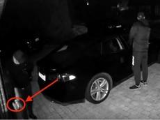 Hài hước cảnh hai tên trộm xe Tesla mở khóa bằng cách hack tín hiệu rồi... vật vã để tháo dây sạc điện