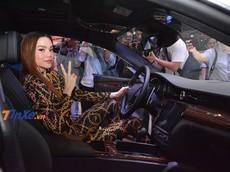 """VMS 2018: Nữ ca sỹ Hà Hồ vén màn """"xe quý tộc"""" Maserati Quattroporte GTS 2018"""