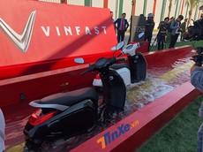 Vinfast xóa tan hoài nghi về khả năng chịu nước của xe điện, mang Klara lội qua bể nước sâu nửa mét