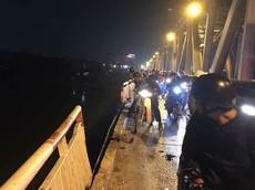 Hà Nội: Xe ô tô đâm rụng lan can cầu Chương Dương, rơi xuống sông, chưa rõ thương vong