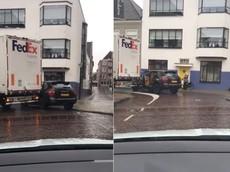 Xe tải FedEx kéo lê và giật tung cửa của SUV hạng sang Porsche Cayenne đang đỗ