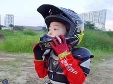 Khâm phục bé gái 5 tuổi người Việt Nam có niềm đam mê với mô tô địa hình
