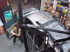 """Ford Explorer lùi thẳng vào cửa hàng rượu, nhiều người phải thốt lên: """"Đừng bán xăng cho phụ nữ"""""""
