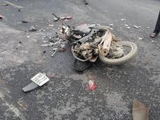 Hà Nội: Xe container lật ngang, đè trúng xe máy, 2 mẹ con tử vong