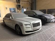 """Rolls-Royce Ghost đỗ cùng Porsche Cayenne với ngoại thất đóng bụi dày đặc khiến cư dân mạng ngao ngán: """"Phí của giời"""""""