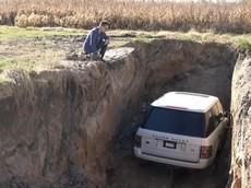 Chán chiếc Range Rover vì thường xuyên bị hỏng, người đàn ông chôn xe xuống đất