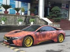BMW i8 theo phong cách màu gỗ gỉ sét thu hút không ít sự chú ý của người đi đường