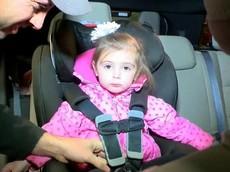 Áo phao mùa đông - Mối nguy hiểm tiềm ẩn cho trẻ nhỏ khi ngồi trong ô tô