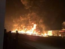 Bình Phước: Xe bồn chở xăng dầu tông trúng trụ điện rồi bốc cháy khiến 6 người tử vong