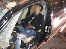 Hà Nội: Tài xế vừa lái xe vừa cầm điện thoại livestream, Toyota Vios đâm vào đuôi ô tô tải