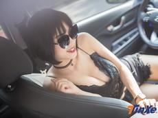 """Người đẹp Việt """"nửa kín nửa hở"""" với đồ ren bên trong Hyundai Kona"""